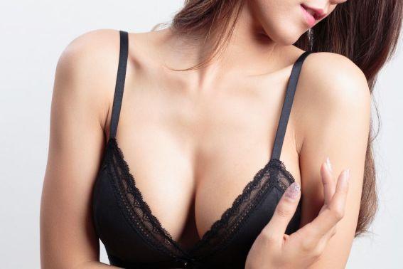 Come rassodare il seno: 3 esercizi