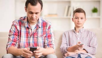Se i tuoi figli si fanno male è perché ti distrai col tuo smartphone