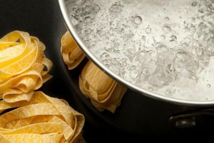 Acqua di cottura della pasta: 5 modi creativi per riciclarla
