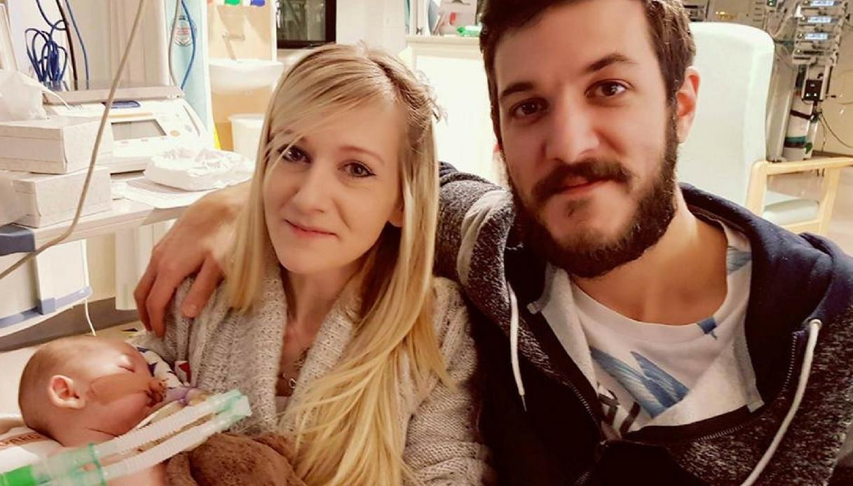"""I genitori di Charlie Gard: """"verrà staccata la spina che lo tiene in vita"""""""