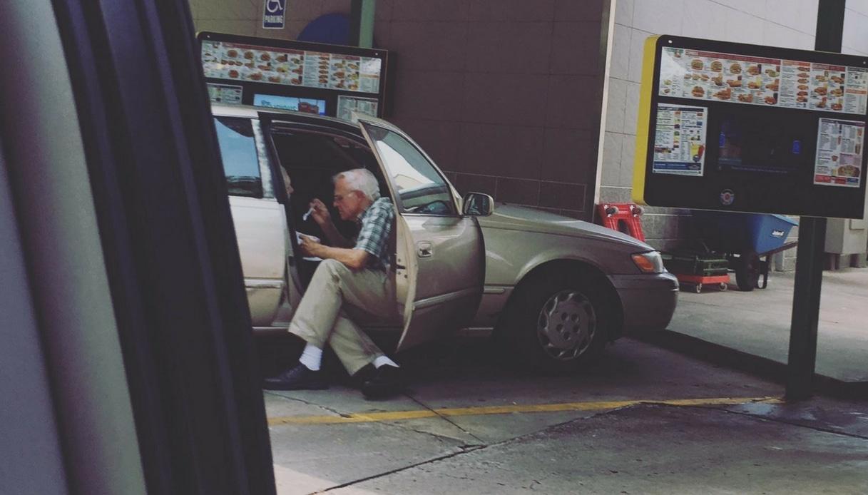 Usa, 80enne imbocca la moglie al drive-in: la foto è simbolo d'amore eterno