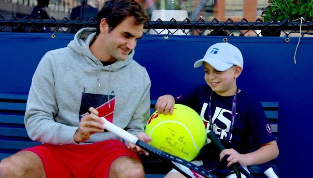 Federer gioca a tennis con un bambino malato di cancro