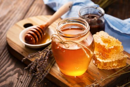 Come rimuovere le macchie di miele dai vestiti