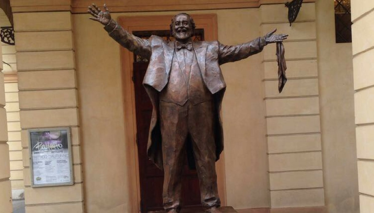 Luciano Pavarotti statua modena