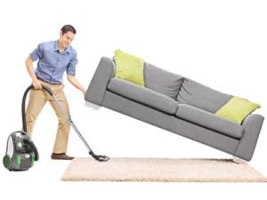 Pulizia sotto il divano