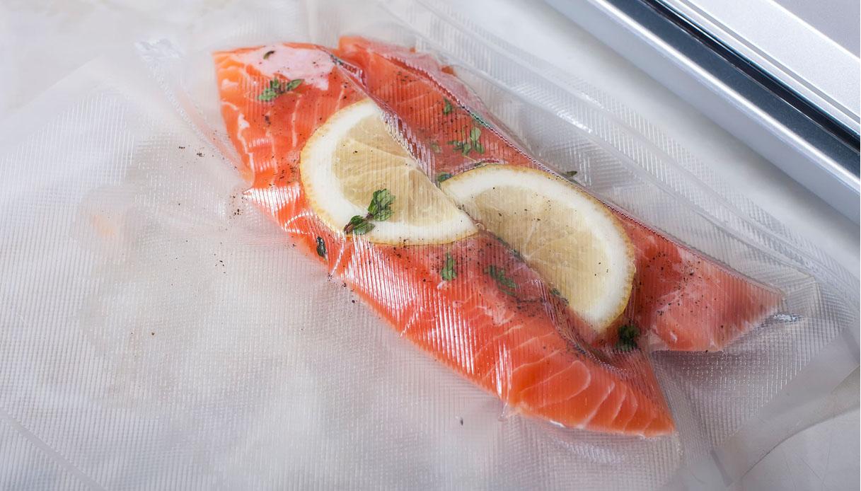cucinare il pesce con la macchina per il sottovuoto