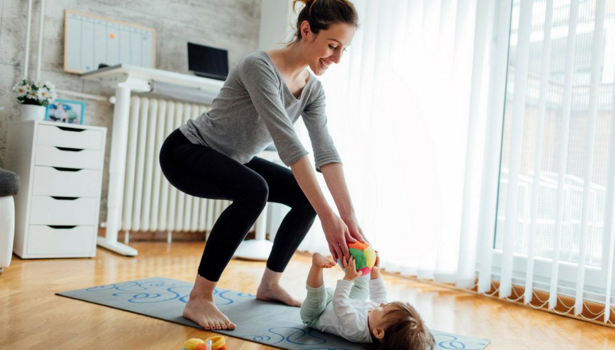 mamme-in-forma-dopo-il-parto-5-esercizi-per-dare-energia-al-corpo-squat