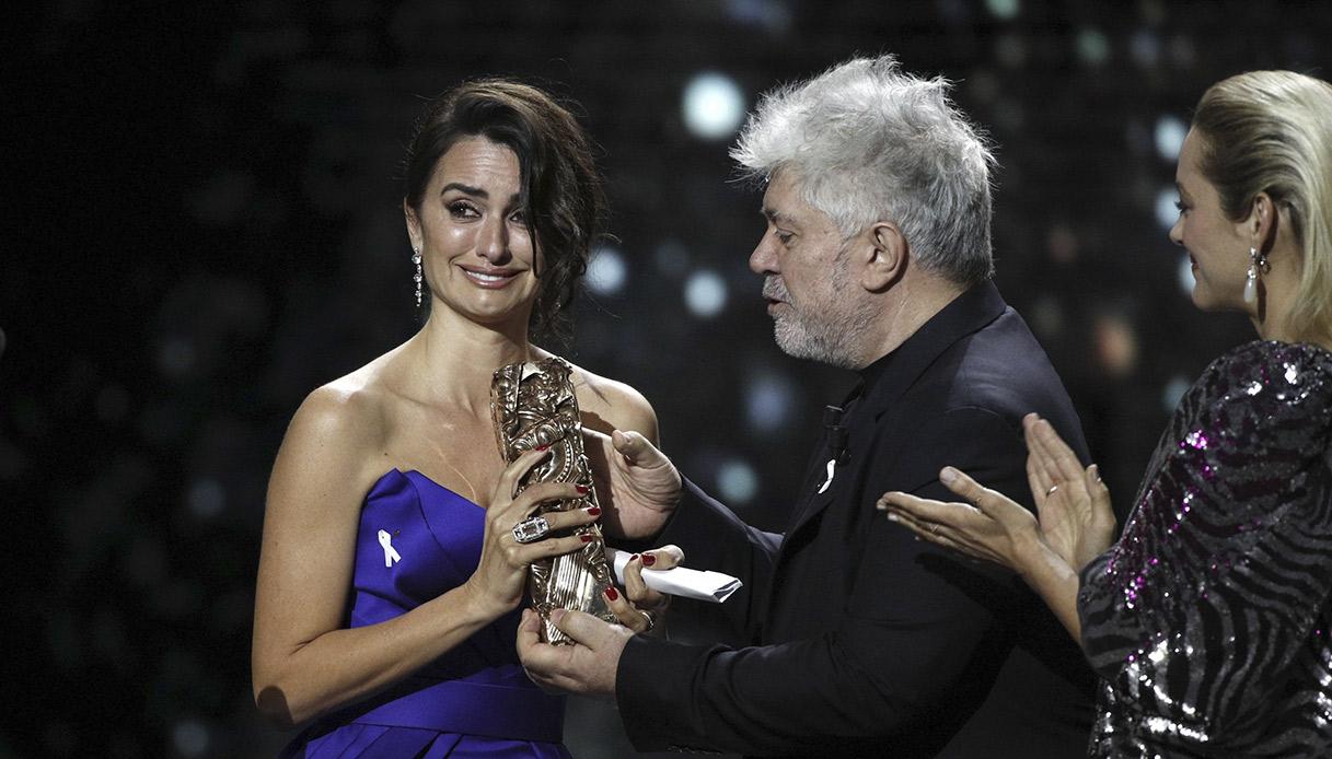 Penelope Cruz mentre riceve il premio César