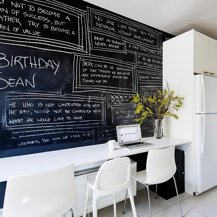 parete lavagna cucina bianca