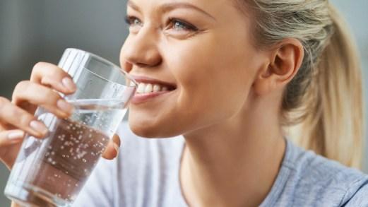 Dieta dell'acqua calda: ti sgonfi e ti purifichi