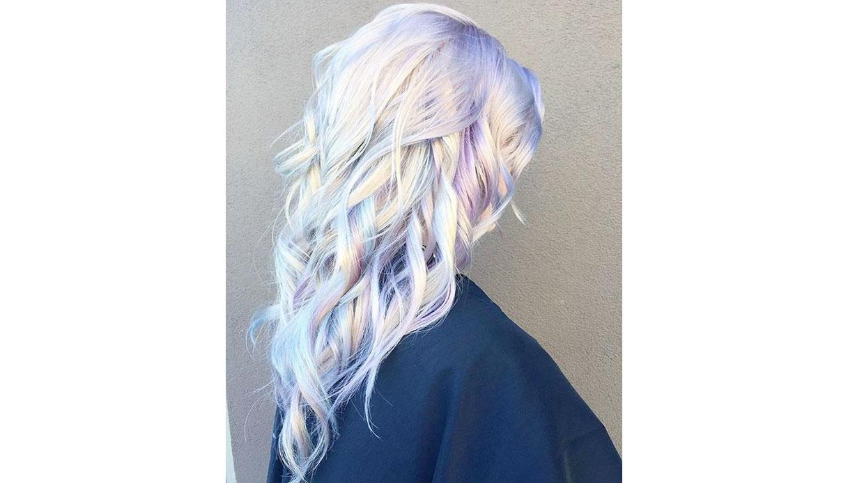 Tinta unicorn su capelli chiari
