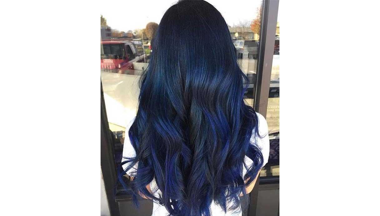 Trend capelli blu: i capelli scuri