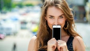 Il cellulare può danneggiare la tua pelle: scopri perché
