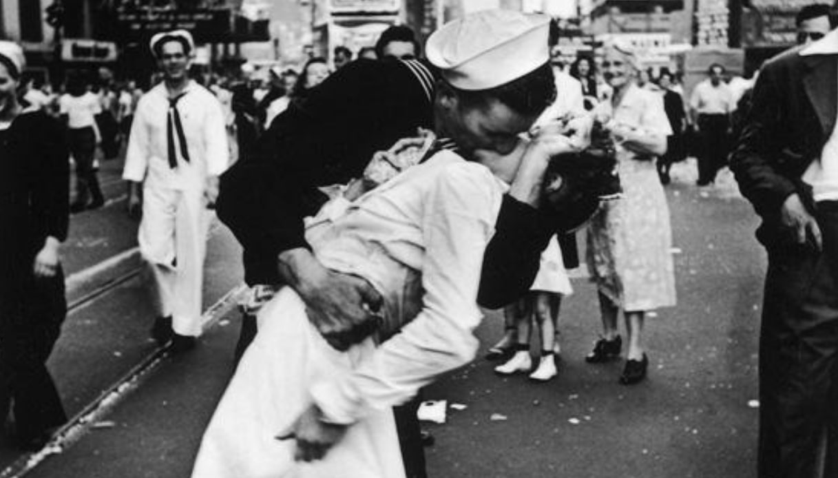 No, il bacio di Times Square non è il simbolo dell'amore romantico