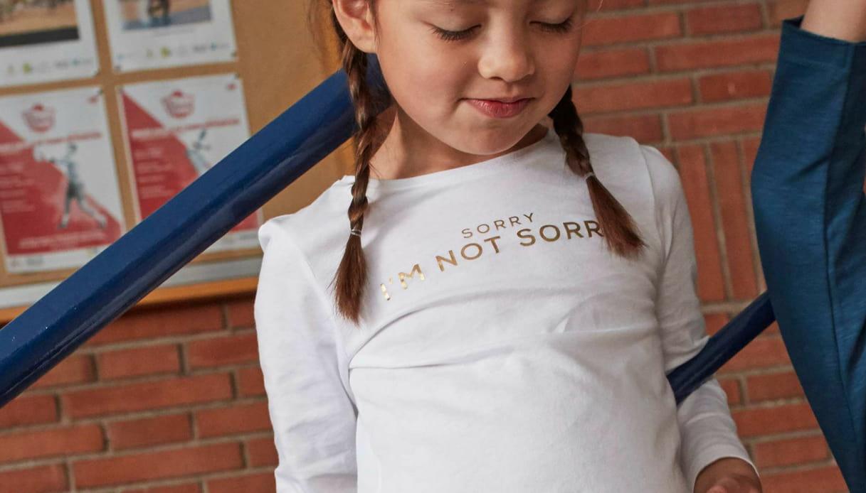 Una t-shirt con le scritte