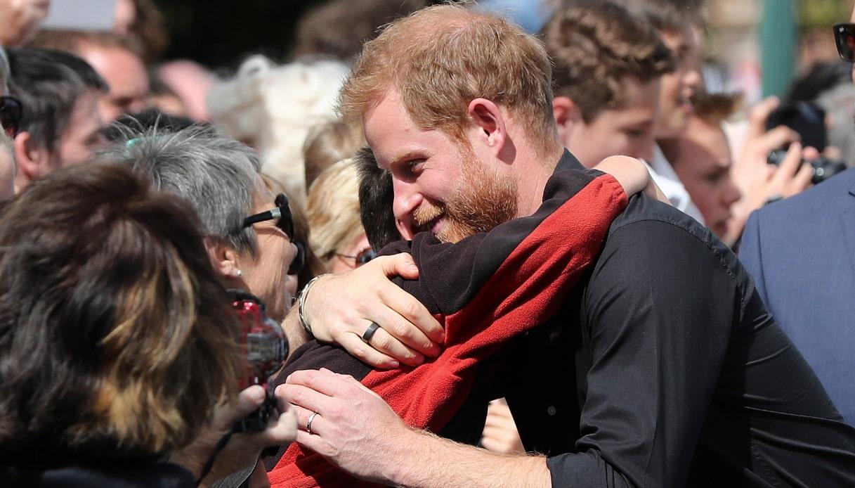 Harry abbraccia un bambino