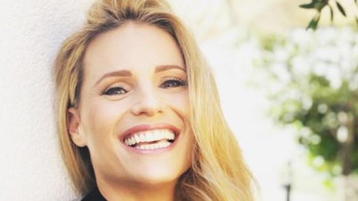 Michelle Hunziker torna a Sanremo. E su Instagram svela il mistero della dentiera