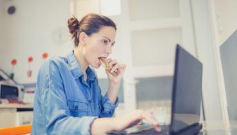 Lo stress? Le donne lo combattono col cibo (ma gli uomini no)
