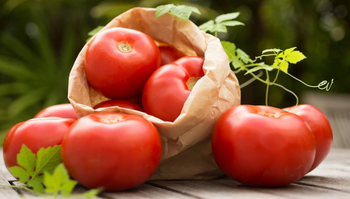 I cibi diuretici contro cellulite e ipertensione: pomodori..