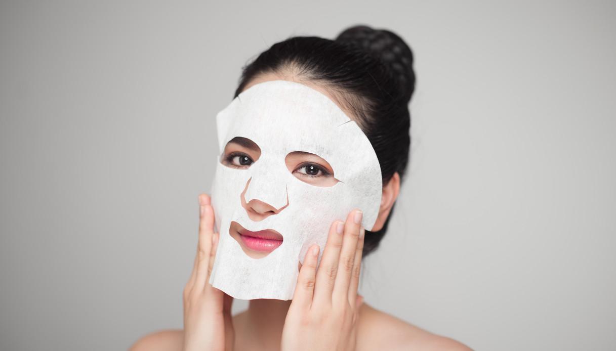 Donna con una maschera viso