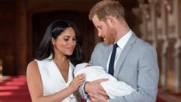 Meghan Markle e Harry presentano Baby Sussex al mondo