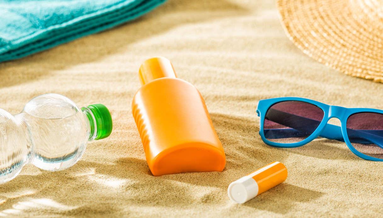 Prodotti solari per pelle e labbra in spiaggia