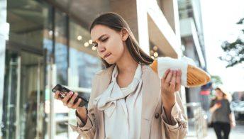 Il nostro smartphone ci sta facendo ingrassare: lo conferma la scienza
