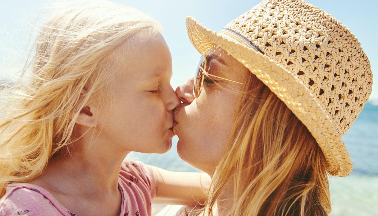 Mamma e figlia si baciano in bocca