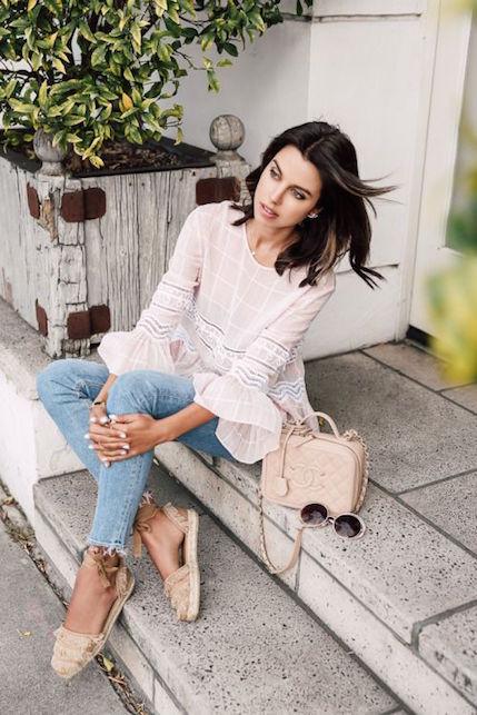 Zeppe, jeans e blusa: come mixare questi tre capi
