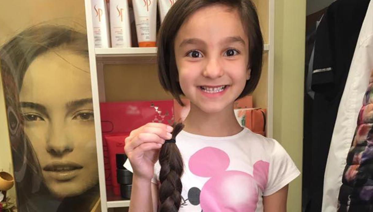 Due bimbe dal cuore d'oro: donano i loro capelli ai malati di cancro