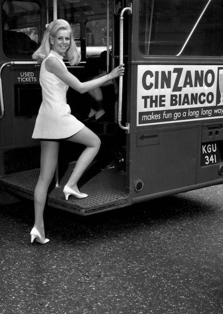 La minigonna: la storia del capo che ha emancipato le donne