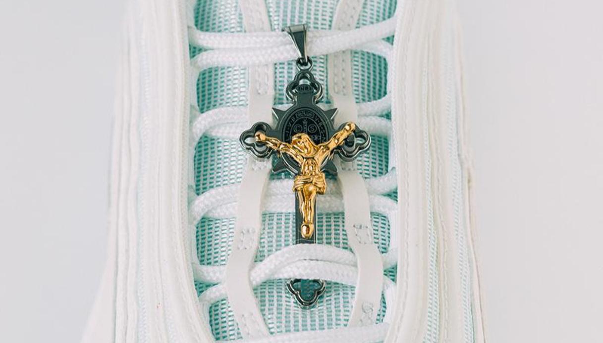 Jesus Sneaker, le scarpe col crocifisso diventano un caso