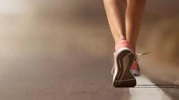 Camminare migliora la qualità del sonno: quanti passi fare al giorno