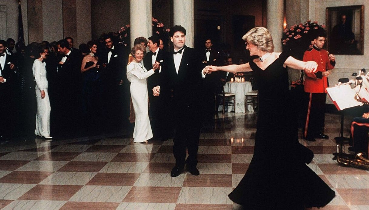 Venduto il Travolta Dress, l'abito dello storico ballo alla Casa Bianca di Diana e dell'attore di Saturday Night Fever