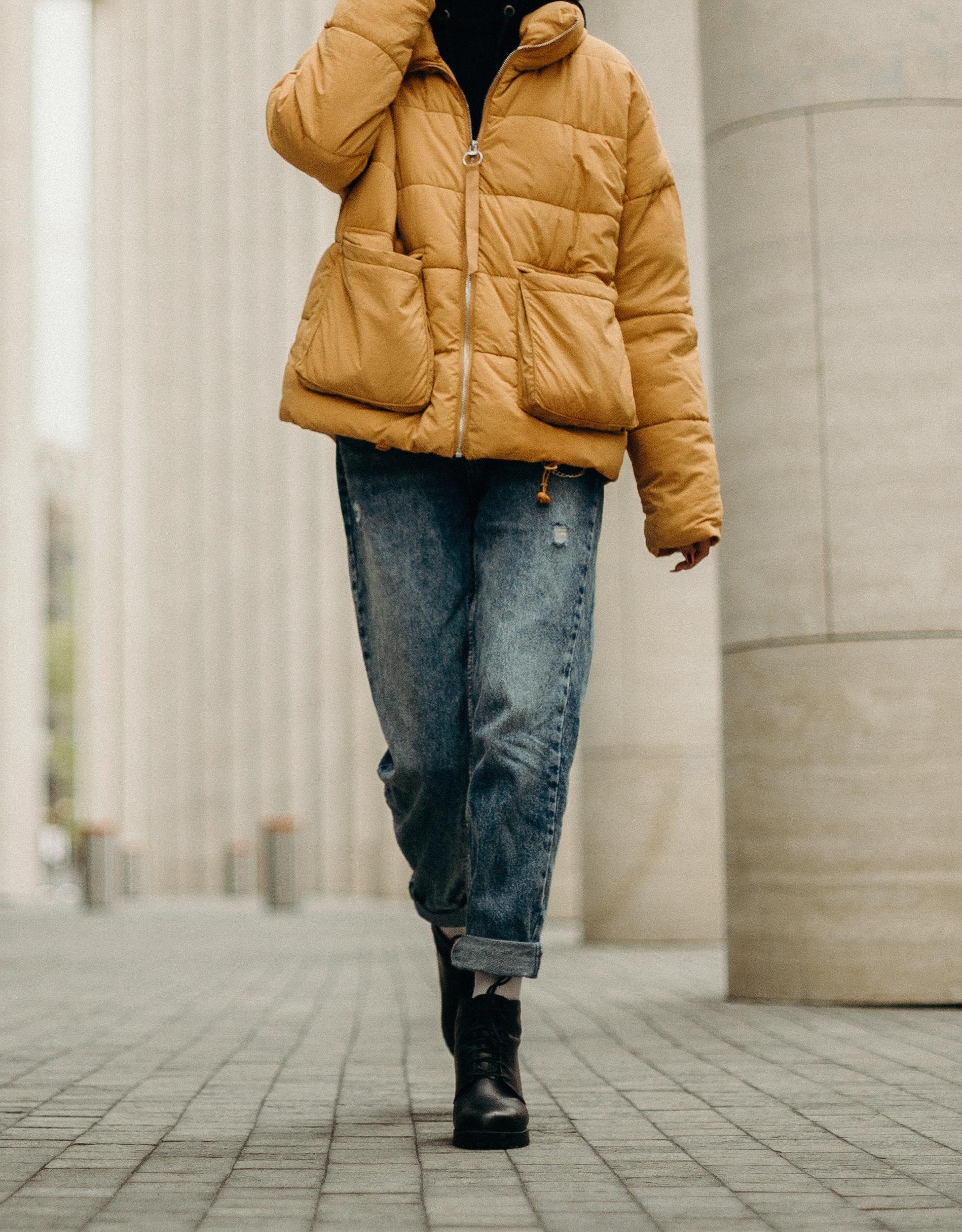 Mom jeans: come indossarli e a chi stanno bene