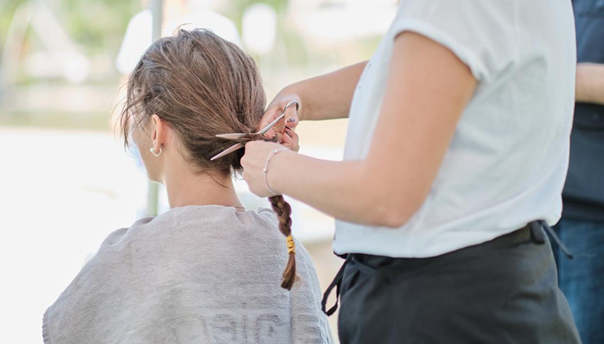 Dopo il cancro della madre, dona i suoi capelli. E puoi farlo anche tu