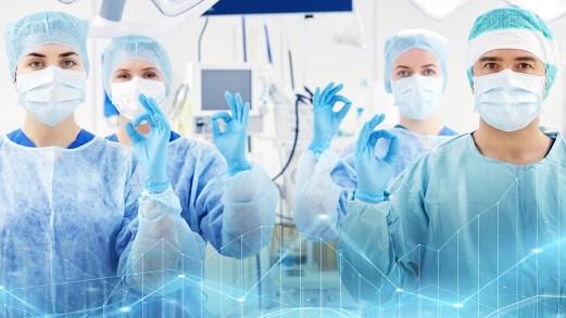 """Gli infermieri del reparto Covid cantano """"Volare"""" col paziente"""