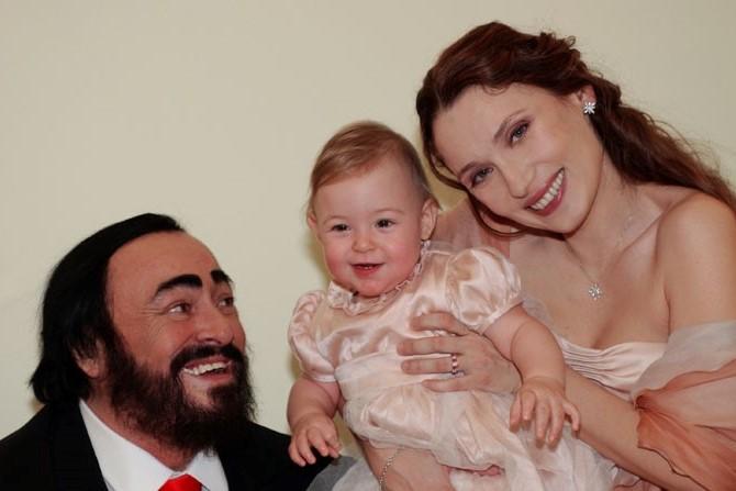 Luciano Pavarotti e Nicoletta Mantovani con la figlia alice