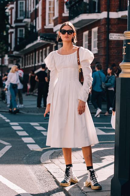 L'abito bianco d'estate: ecco come abbinarlo con stile