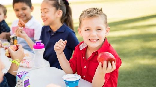 Bambini dopo il lockdown: frutta, acqua e movimento