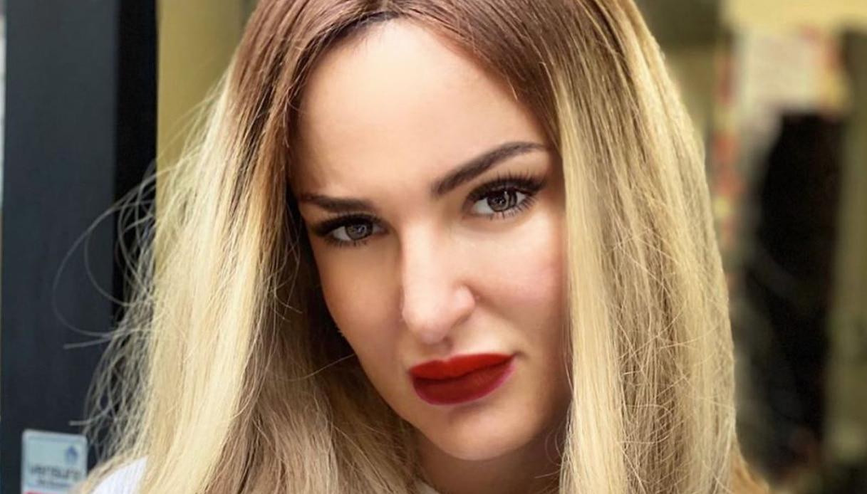 Arisa cambia look: capelli biondi e lunghi su Instagram