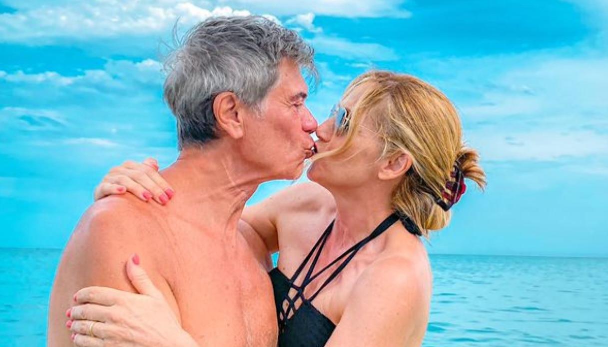 Lorella Cuccarini in bikini e il marito