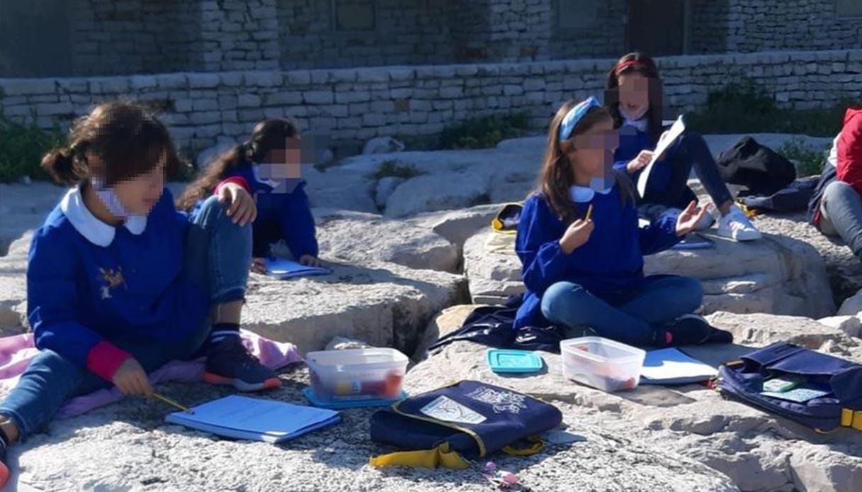 Bambini lezione in riva al mare