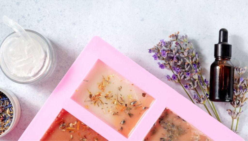 stampo in silicone con saponette, fiori, lavanda, boccetta scura e petali