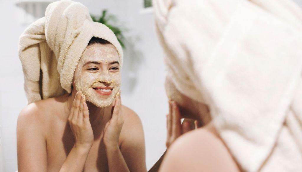 donna con asciugamano turbante in testa e maschera sul viso