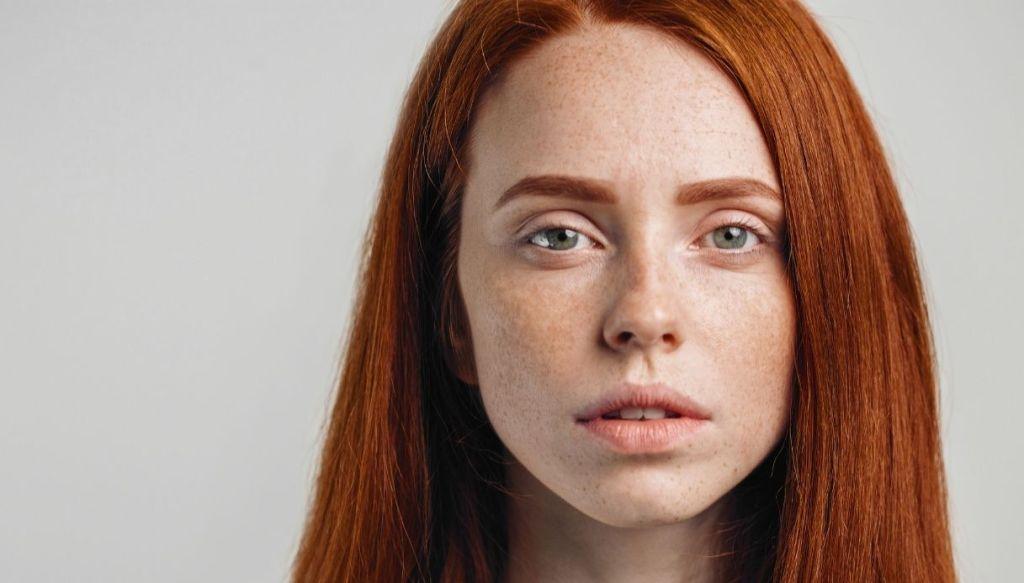 ragazza pelle chiara diafana capelli rossi lentiggini