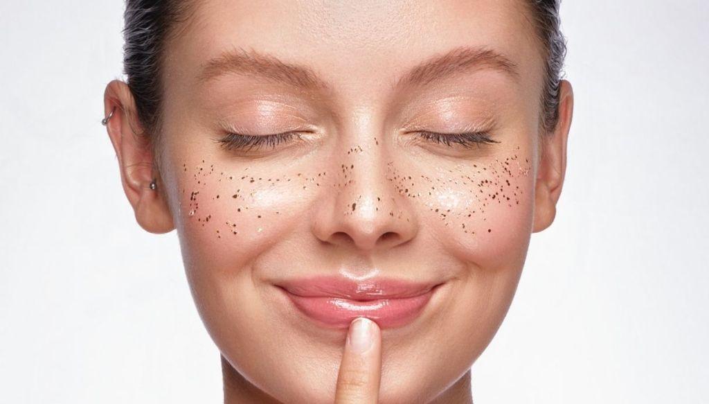 donna sorridente pelle luminosa labbra carnose dito sulle labbra sorridenti lentiggini glitter