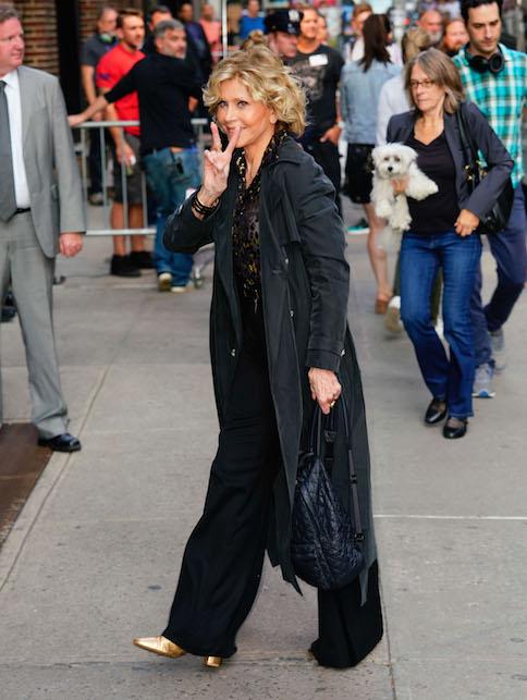 Jane Fonda in nero e oro