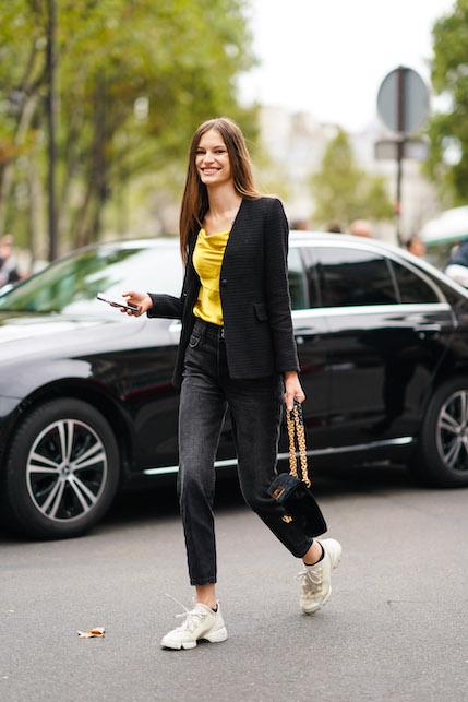 Come indossare una giacca di raso nero: jeans neri