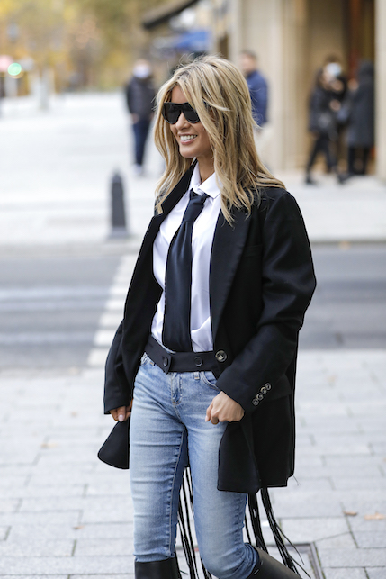Come indossare una giacca di raso nero: con i jeans